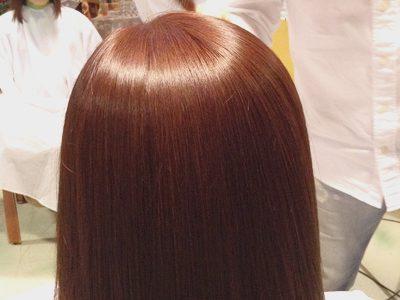 色が鮮やかな高彩度のヘアカラーとストレートパーマでウルツヤの髪に。