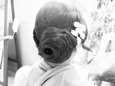 細編み込みとうずまきシニヨンで、個性的なアレンジヘアー。