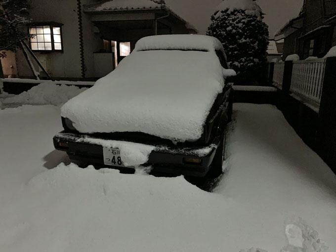 雪がこんもり積もった愛車